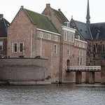 Kasteel van Woerden uit 1404 naast Sint Bonaventurakerk