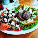 Rio bravo - grillowana polędwica wołowa, ziemniaki tzatziki z masłem czosnkowym, sałatka grecka