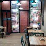 Bar-Restaurante de nueva apertura estilo vintage. Ambiente agradable y buena comida.