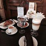 Круассан с шоколадом, кофе Латте, листовой чай