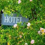 Heckenrosen und Hotelschild