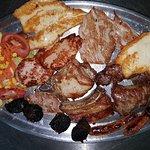 Disfrutando también de una parrillada de carne muy buena