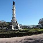 庭園と中央に立つアフォンソ デ アルプケルケ像