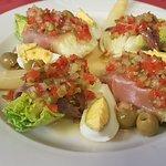Cogollos de Tudela con anchoas,atún ahumado,yemas de espárragos y salsa vinagreta
