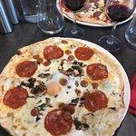 Pizzas appétissantes à l'œil, mais à manger très déçu;de même pour le vin, 17,50€ la carafe de M