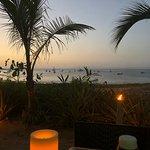 Cena al atardecer a la luz de la vela. bajo árboles de mango.