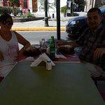 Almorzando en la vereda de Viva la Vida salmón a la Lata!!