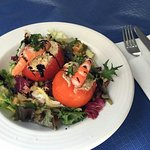 Ensalada de tomates rellenos de marisco