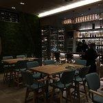 Φωτογραφία: 718 Uptown Dine and Wine
