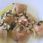 Ravioli de chontaduro en mantequilla, miel y almendras