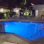 La piscina frente a la habitación