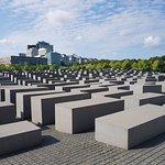 Fue edificado entre 2003 y 2005, cerca de la Puerta de Brandenburgo.