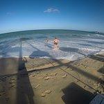 Con mar bajo tiene aproximadamente 70 u 80 mts de ancho,con mar alto unos 10 mts, poca profundid