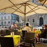 Vista da Piazza di Santa Maria in Trastevere com a fonte homônima.
