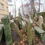 il vecchio cimitero ebraico con le tombe e lapidi alla rinfusa per mancanza di terra e posto,