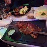 Très bon repas du midi, entrecôte gargantuesque et magret de canard ultra fondant...Bon appétit
