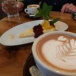 Heiße Schokolade mit Latte Art und leckerer Kuchen