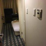房間在大阪區域算是正常大小, 床尾放到行李箱也有位置通過