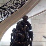 Statue à côté de l' escalier menant vers une salle