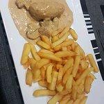 Mise en bouche + entrées : fois gras et coquille st Jacques  + plats : rouler de volaille et ris