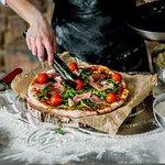 sos pomidorowy/ mozzarella/ prosciutto/ rukocla/ pomidorki