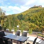 Blick von der Terrasse auf Burg Trifels