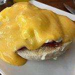 Huevos benedictinos con bacon y salsa holandesa, malísimo