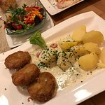 Brokkoli-Käse-Medaillons mit Salzkartoffeln und Kräutersauce