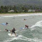 Hanalei Pier: Shallow beach with big waves