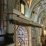 Murs en arcades dans l'église