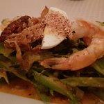 Yam Tuaplu Gung - Salat aus Flügelbohnen mit Garnelen, geröstete Schalotten, Schalotten, gekocht
