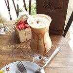 Delicioso café gelado com torta de alho poró