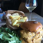traditional cheese burger w frites and lots melted cheddar!