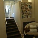 La scaletta che porta agli spazi del bagno.
