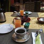 Petit déjeuner (copieux : café ou thé, crêpe, pain, confitures, beurre, jus de fruits frais, yao