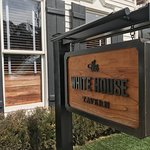 The White House Tavern resmi