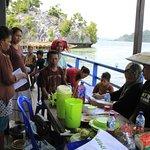 2 wisatawan sedang beradaptasi dengan penduduk lokal Pulau Sombori.