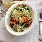 Зеленый салат с обжаренной семгой и яйцом пашот,