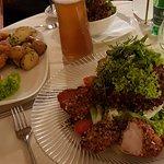 Schnitzel und Backhendl-Salat