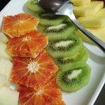 Frutta tagliata in vassoio, torte caserecce e rotolini di melanzane
