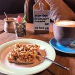 Apfel-Streuselkuchen mit Kaffee Melange