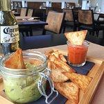 Tapas à partager : Guacamole, sauce salsa et tacos