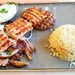Parga Teller-- Fleischspieß, Hacksteak, Gyros mit Zwiebeln, Tzatziki und Reis