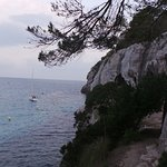 sendero entre roca desde Macarella hasta Macarelleta