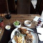 """Lekkere kip, frietjes, slaatje, chamignonsaus en een glaasje wijn """" heerlijk """" !"""