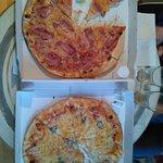 Buenas pizzas, especialmente la de cuatro quesos