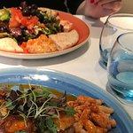 Spanische Wurst und mediterraner Salat