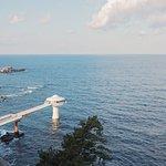 海のただ中に存在する白浜海中展望塔でカラフルな熱帯魚と一緒に海中散歩が楽しめます。