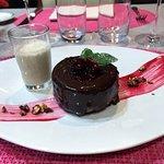 Entremet chocolat noir et griottes, crème anglaise au bougeons de cassis