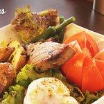 """""""Nizarda"""" con: Lomo de atún, lechuga, habichuelas, huevo, tomate y papas con aliño de finas hier"""